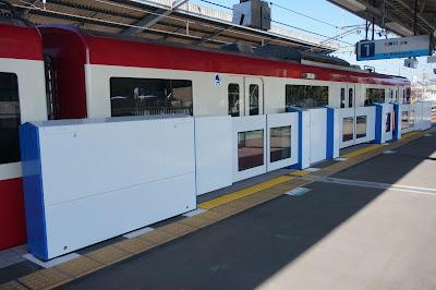 京急久里浜線三浦海岸駅に設置されたどこでもドア