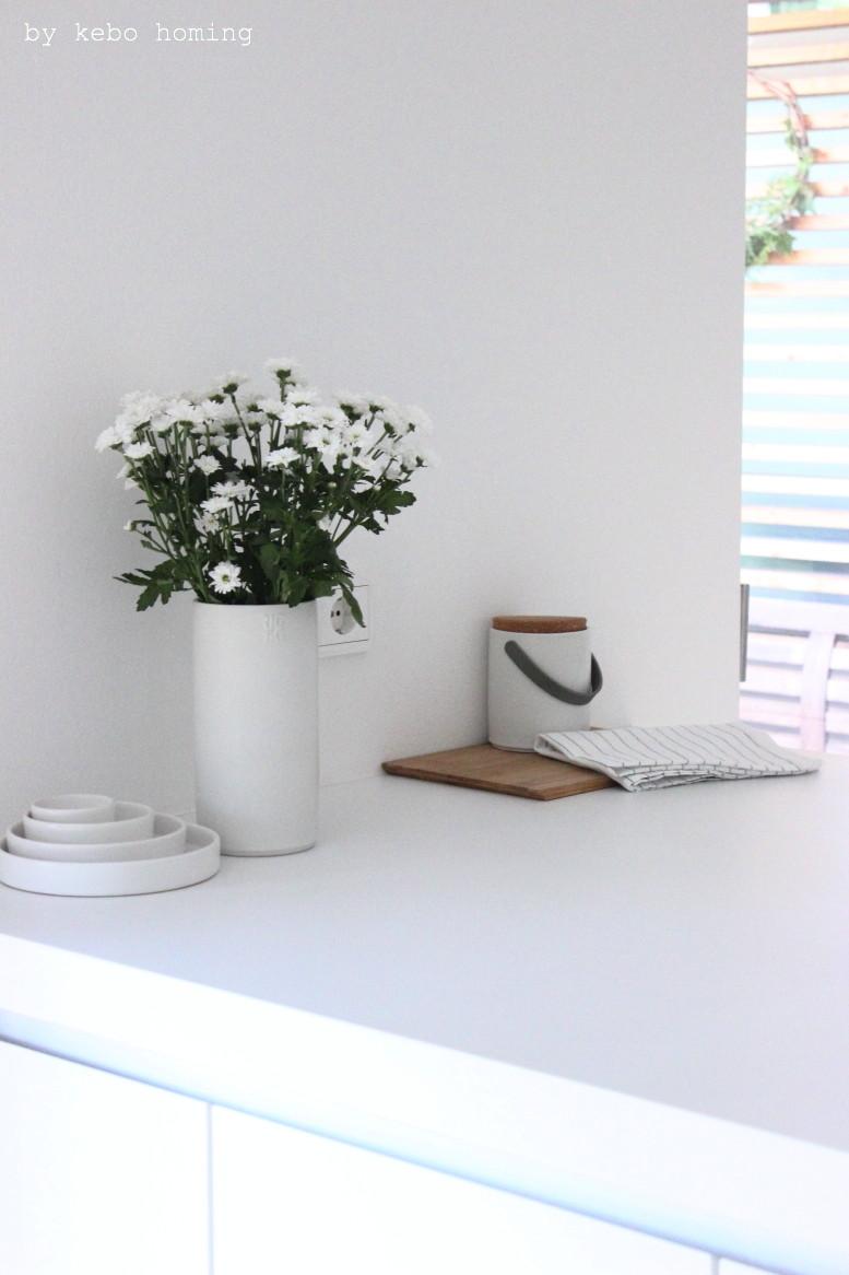 floral friday white chrysanthemums, weiße Chrysanthemen, Blumenliebe auf dem Südtiroler Food- und Lifestyleblog kebo homing, Bulthaup, rigtig, ikea