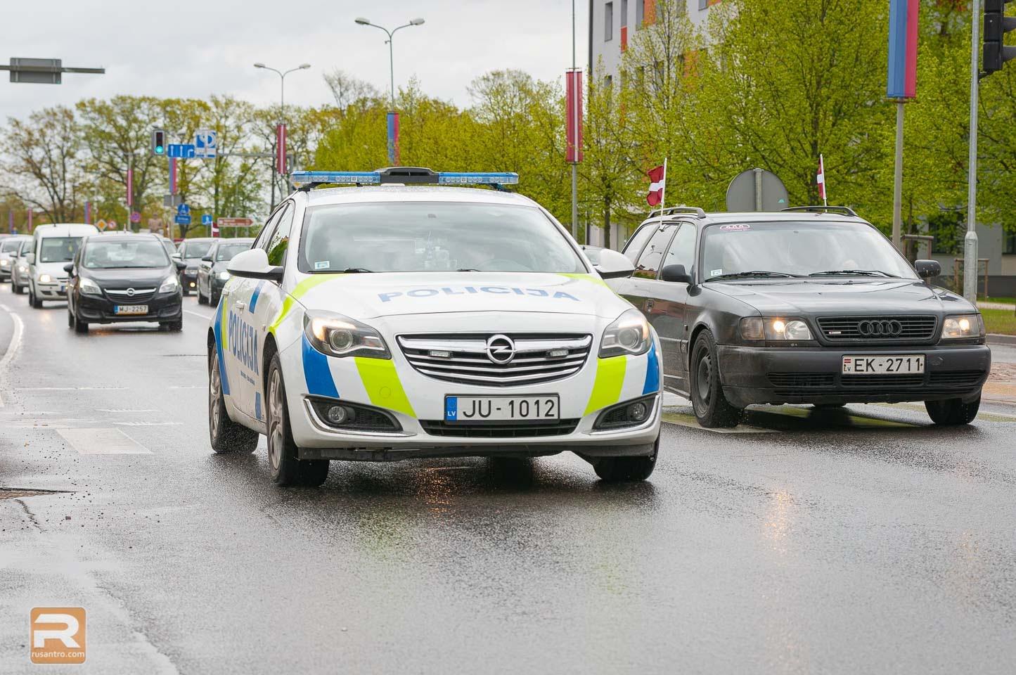 Policijas mašīna uz ceļa