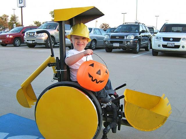 disfraz de retroexcavadora para niño en silla de ruedas