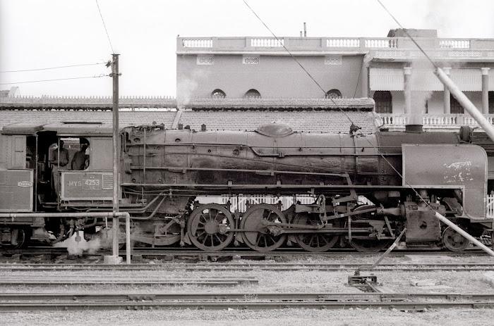 Mysore, Mysuru, gare, locomotive Tata, © L. Gigout, 1990