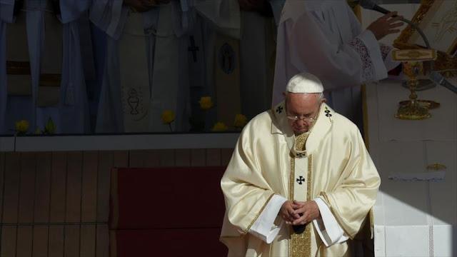 Papa pide luchar contra la pobreza, que degrada y ofende