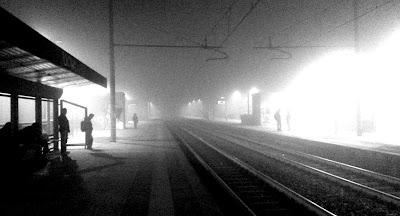 Stazione ferroviaria di Milano Romolo, 26 ottore 2015, ore 20:00:51. Mio scatto portato in bianco e nero e raddrizzato. NON SONO STATI RITOCCATI LUMINOSITÀ E CONTRASTO.