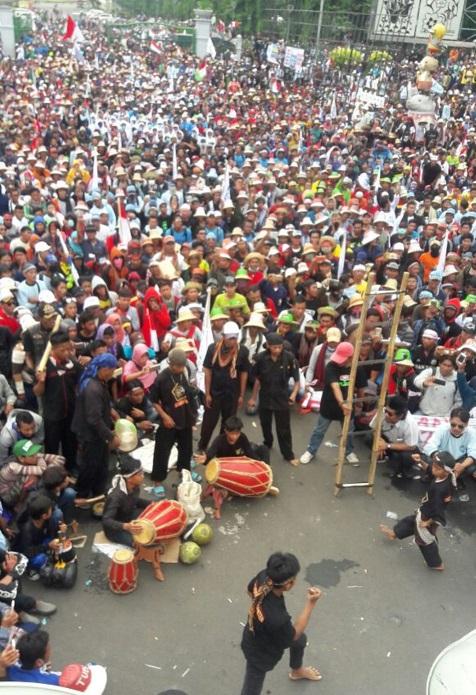 Debus Banten Ramaikan Aksi Unjuk Demo Nelayan di Istana