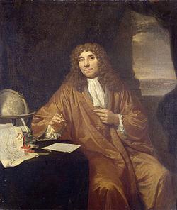 Penemu Lensa adalah Anthony Van Leuwenhook dari Belanda