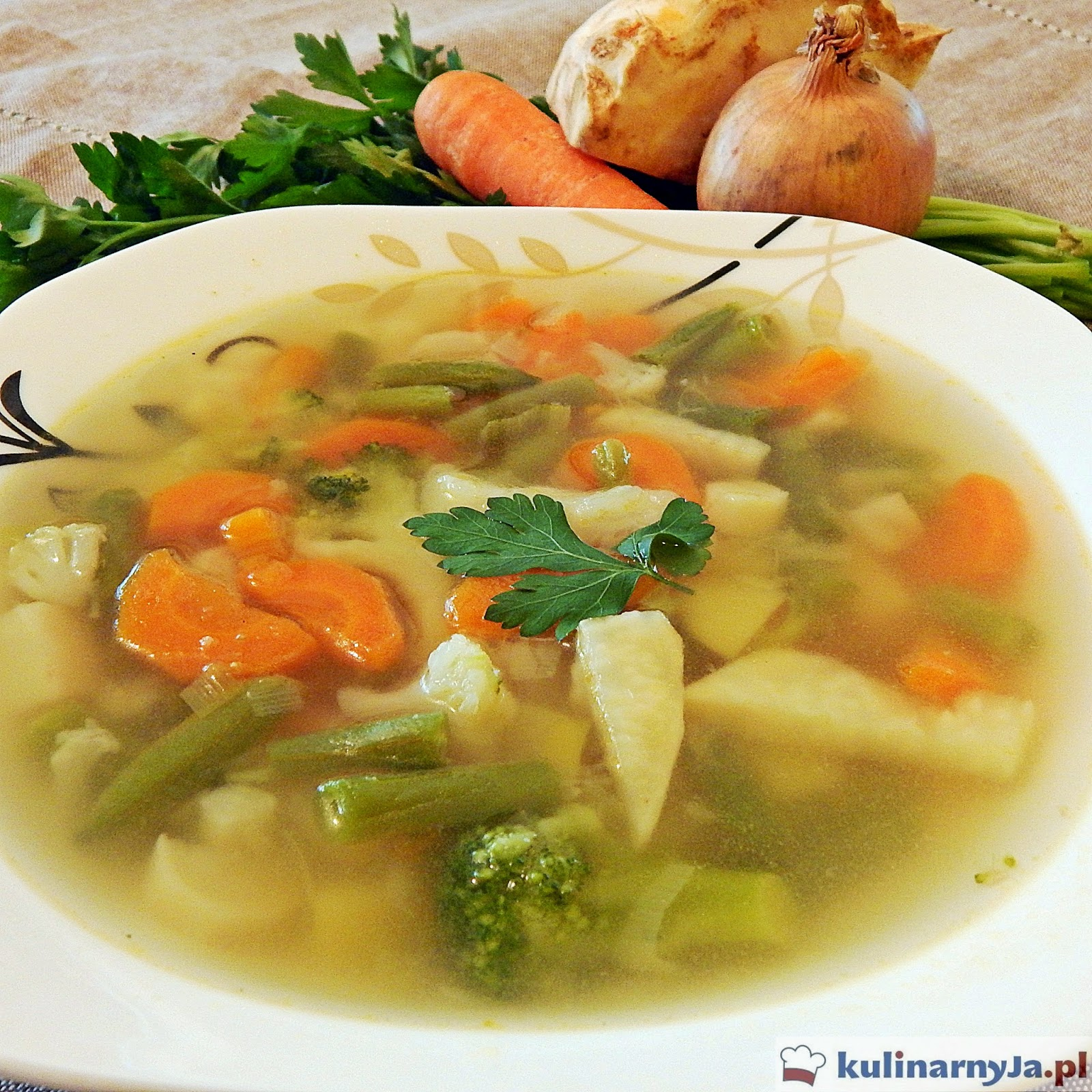 Zupa jarzynowa z brokułami, kalafiorem, fasolką szparagową i marchewką