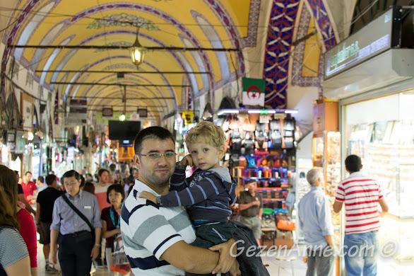 kapalı çarşının renkli atmosferi çocuklar için çok ilginç, İstanbul