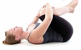 Bài tập cho vùng bụng sau sinh với động tác ôm gối