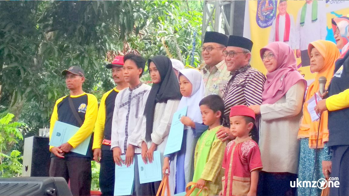 Walikota dan wakil walikota Depok beserta jajarannya memberi santunan anak yatim di acara PANMAS FAIR 2018