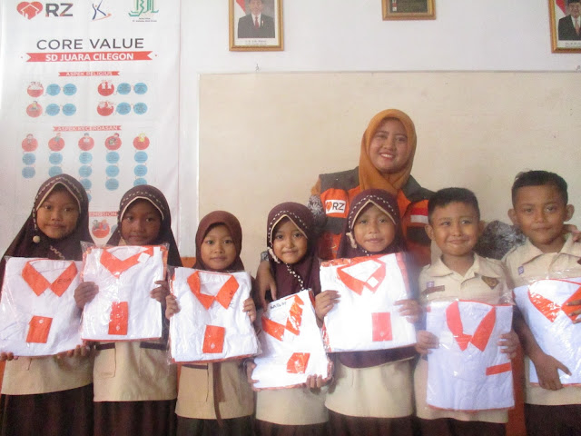 Usai Memberikan Reward Seragam, Guru Walikelas 1 SD Juara Cilegon, Siti Nurasiah Berfoto Bersama Siswa-Siswi
