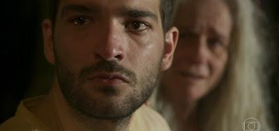 Sandro (Humberto Carrão) em cena de Amor de Mãe com Kátia (Vera Holtz); rapaz será empregado como motorista