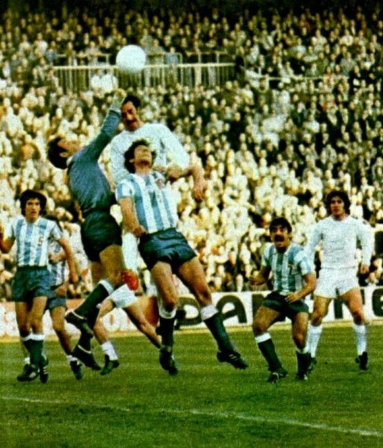El CD Málaga en el Bernabéu, año 1977.
