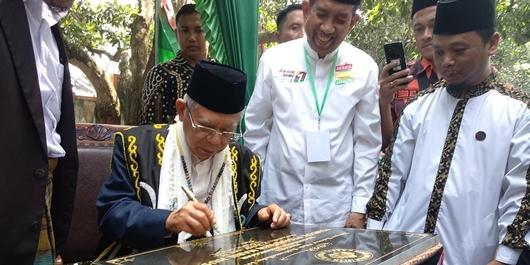 Safari ke Samarinda, Ma'ruf Amin Disematkan Gelar Adat Dayak