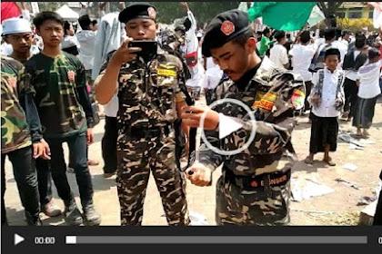 Ini Dia Video Oknum Berseragam Banser Membakar Bendera Tauhid Sambil Nyanyi