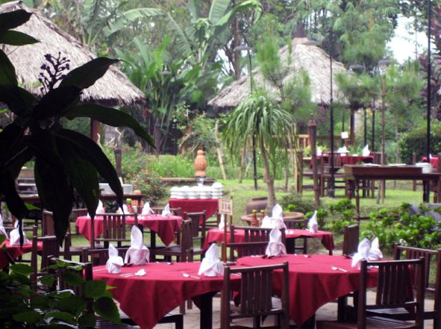 Restoran Nuansa Outdoor di Kampung Sampireun