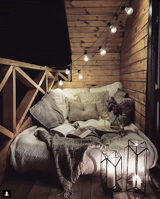двойная кровать между стен