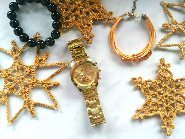 zdjęcie świąteczne złoty zegarek Geneva, biżuteria i szydełkowe złote gwiazdki
