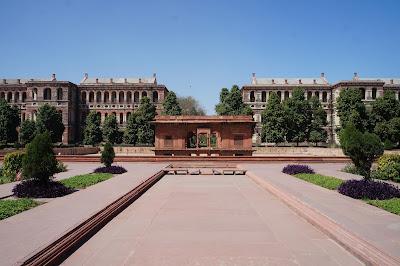 Kolam air yang mengering di tengah istana
