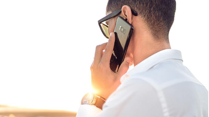 hombre conversando en telefono samsung