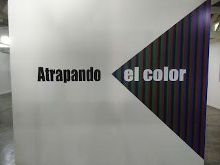 Foto de la pared de entrada a la sala dos del Museo Carlos Cruz Diez