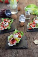 Ensalada de cogollos con atún y fresas