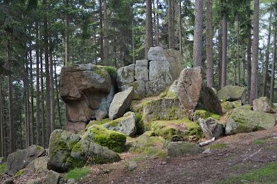 ku Starościńskim skałom