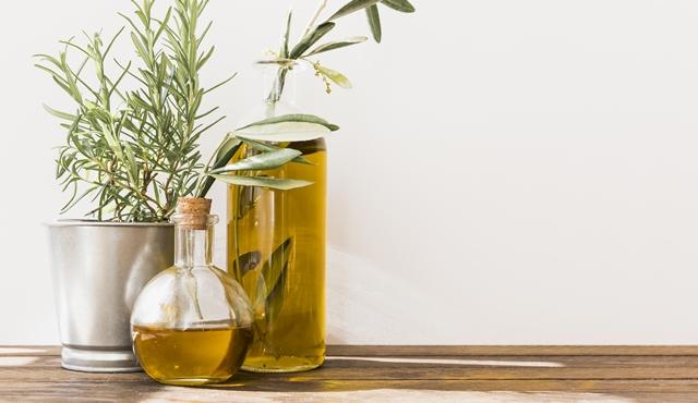 Balurkan dengan minyak rosemary