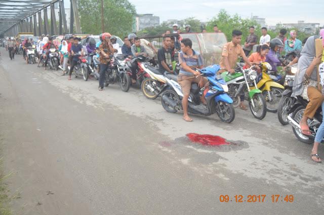 Ratusan warga mendatangi lokasi kejadian tempat korban tabrakan.