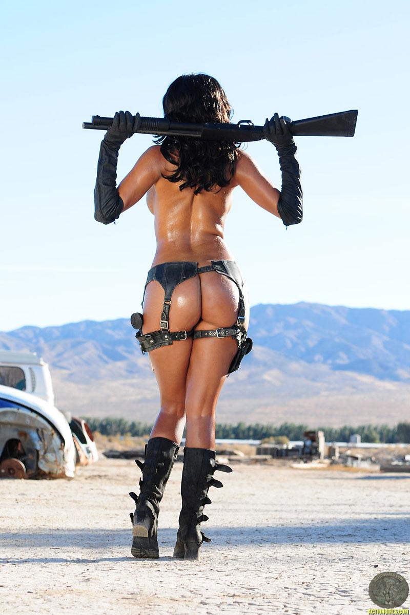 движением голые девушки в военной форме с оружием большие