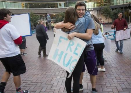 Përse disa njerëz Urrejnë kur Përqafohen