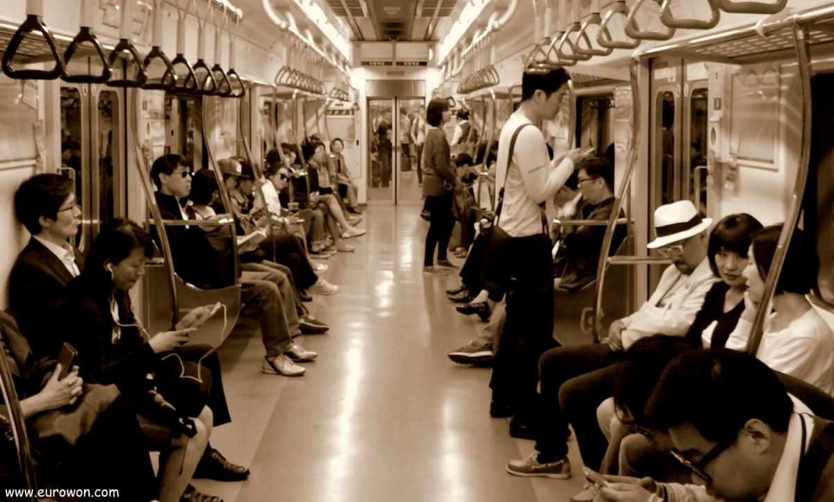 Pasajeros en el metro de Seúl