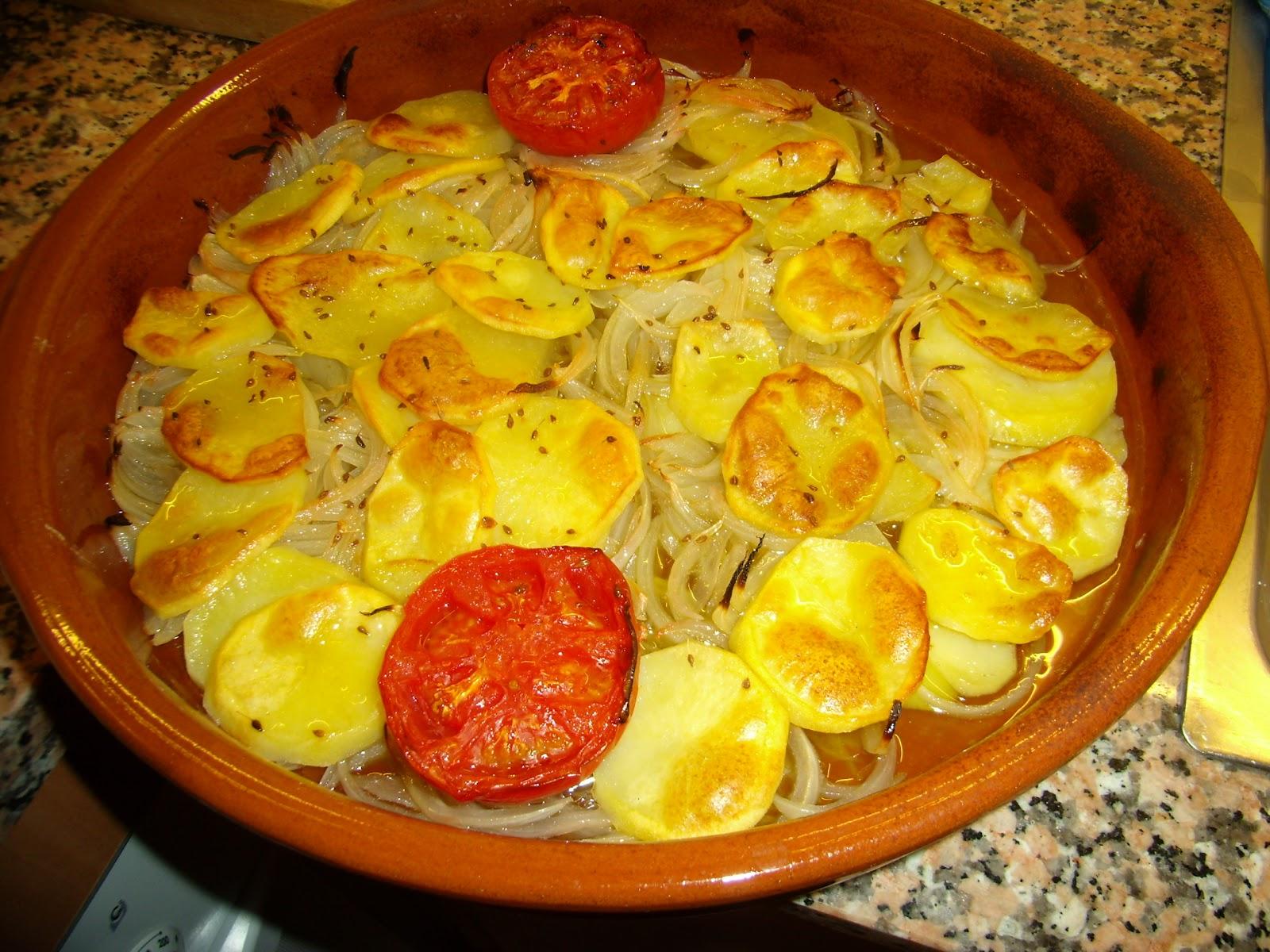 Cebolla patatas y tomates al horno la tauleta for Cocinar patatas al horno