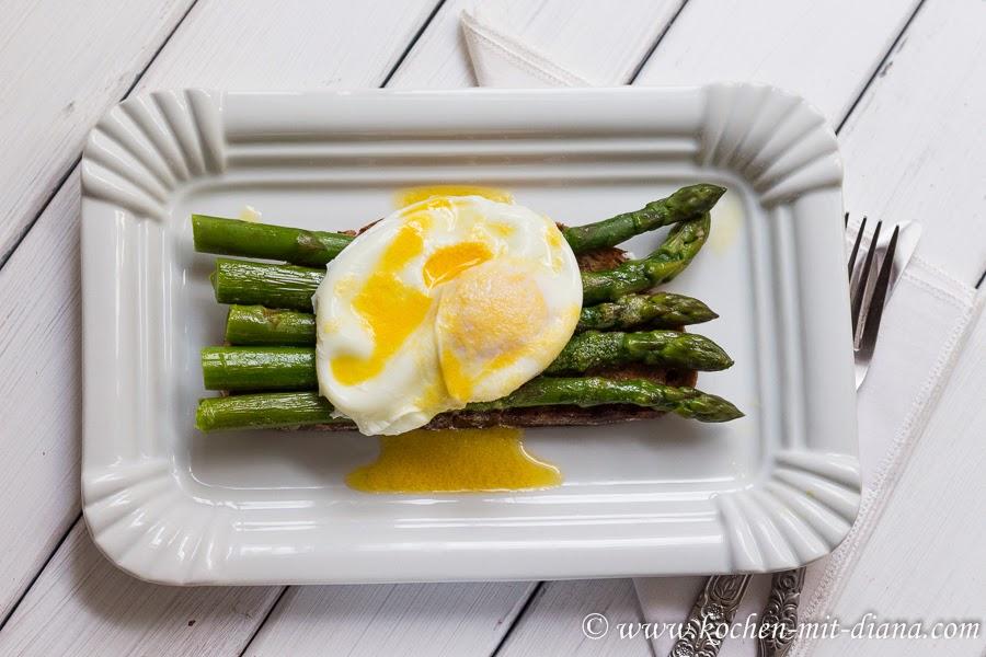 Grüner Spargel auf Toast mit pochiertem Ei