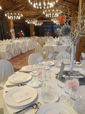 Decoración de mesas diferente, personalizada y moderna en color coral, plata y blanco