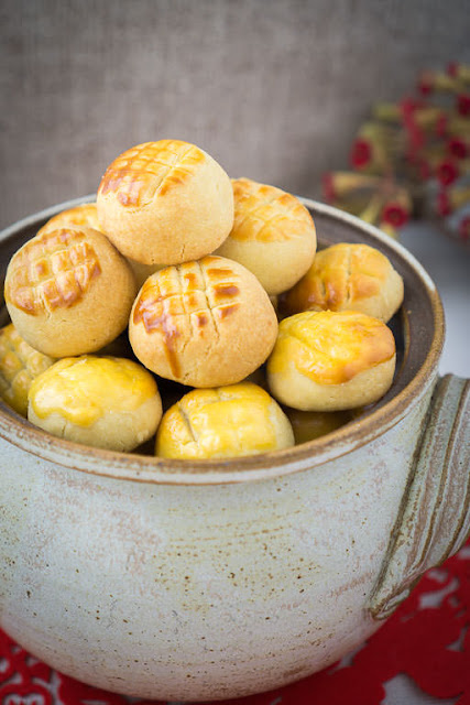 Golden pineapple jam encased in a buttery biscuit.