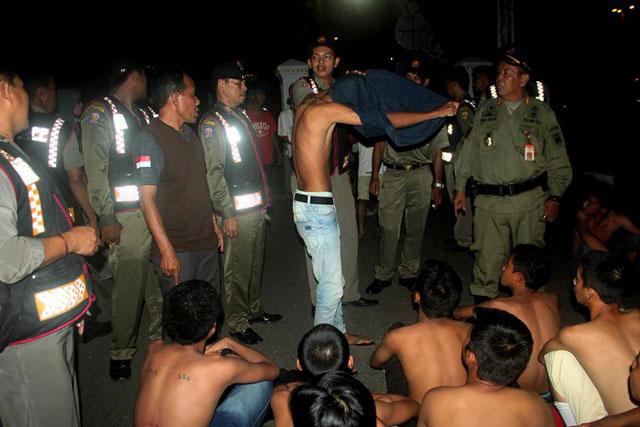 Puluhan remaja digaruk Satuan Polisi Pamong Praja (Satpol PP) Kota Banjarbaru, Sabtu 10 Desember 2016 malam. Remaja berusia belasan tahun ini ditertibkan petugas bersama dengan anak punk dan pengamen dalam keadaan mabuk minuman keras oplosan di sejumlah titik di Kota Banjarbaru.