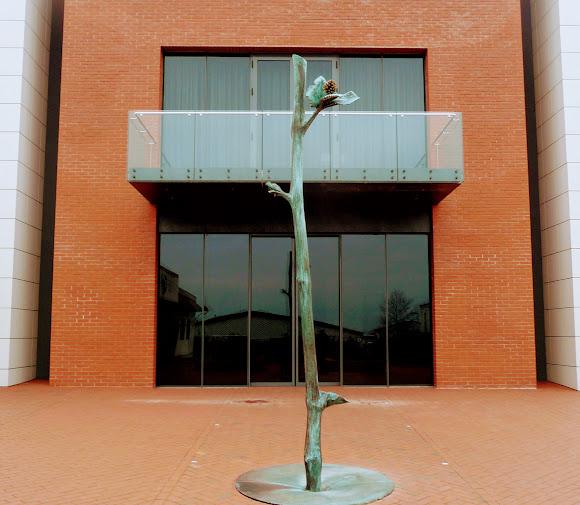 Шабо. Центр культуры вина. Скульптурное изображение лозы