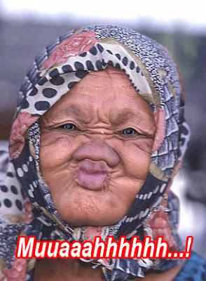 orang tua lucu mau mencium
