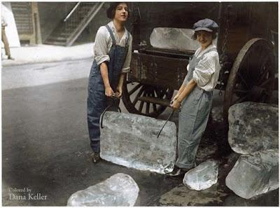Chicas entregar hielo, 1918 foto retocada a color