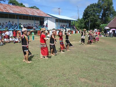 Pertunjukan tari oleh anak-anak SDN Long Pahangai 001 dan 002
