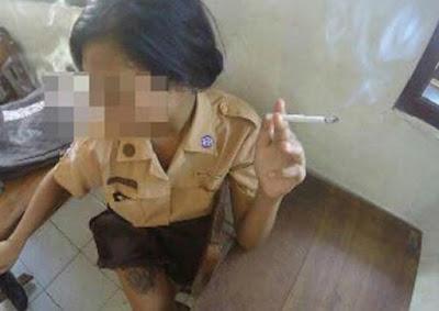 Oh Ini� Foto Siswi SMP Merokok Pamer Tato di Kelas, Bikin Heboh Netizen