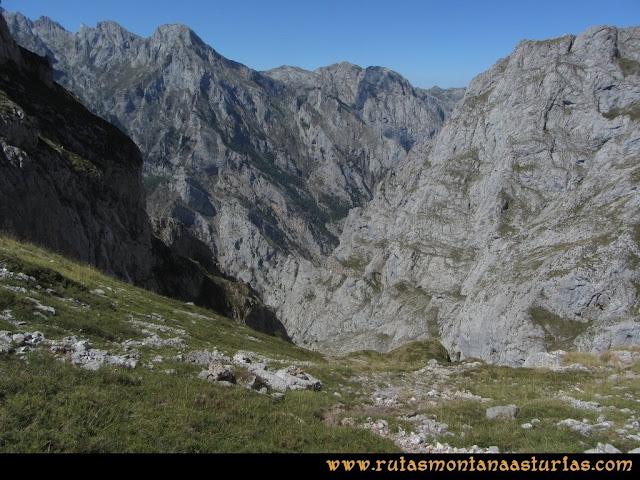Ruta Cabrones, Torrecerredo, Dobresengos, Caín: Bajando Dobresengos, vista del Cuvicente y Jultayu