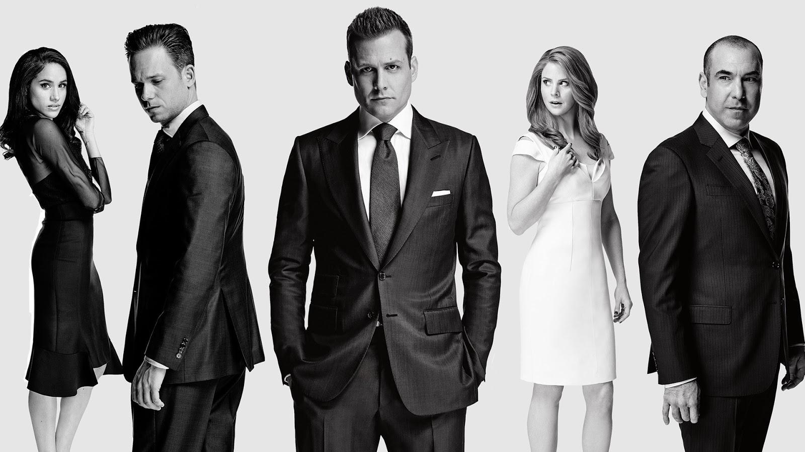 Rachel Zane, Mike Ross, Harvey Specter, Donna Paulsen y Louis Litt en un poster promocional de la temporada siete de Suits
