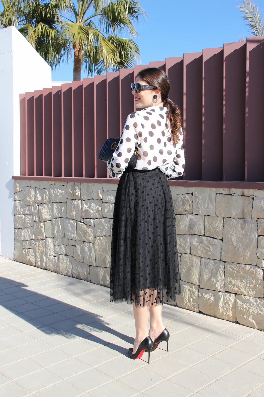 fa99f94673 Esta tendencia nunca pasa de moda sea en la prenda o complemento que sea.  Una falda de vuelo negra con los lunares en negro