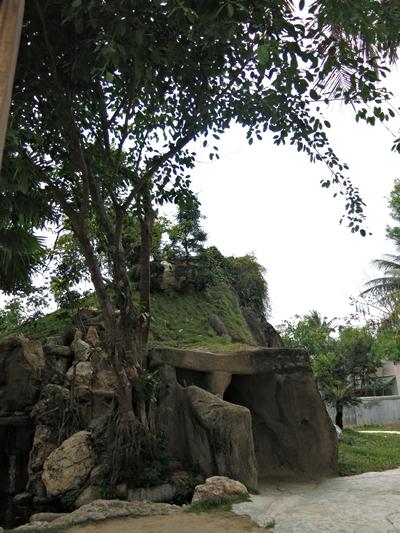 Xe hợp đồng Phú Yên - Hang động bên trong quả đồi nhân tạo trong khuôn viên nhà thờ