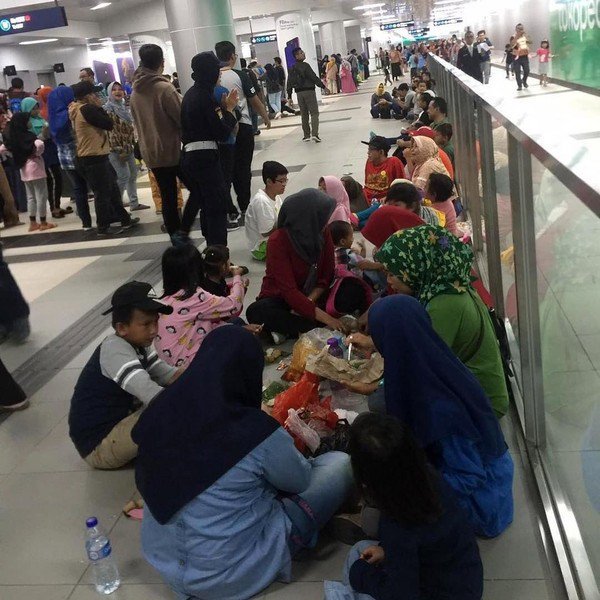 Cara Anies Memperlakukan Penumpang yang Makan Minum di MRT