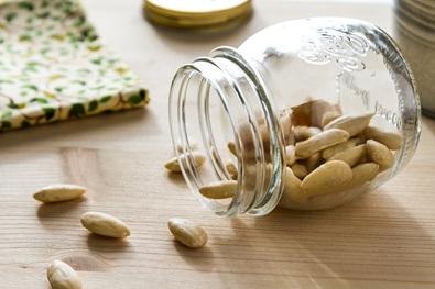 Almond sebenarnya adalah biji yang tumbuh dari pohon almond (Prunus dulcis). Almond yang tanpa kulit terlihat seperti kacang, karena itu sering disebut kacang almond. Rasanya enak, juga bermanfaat untuk kesehatan.