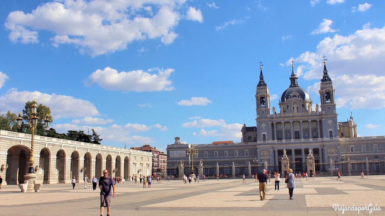 Plaza de la Armería, que es donde ocurre el cambio de guardia de la Guardia Real.