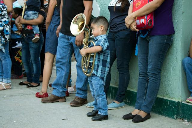 Niño con tuba en calenda de Oaxaca