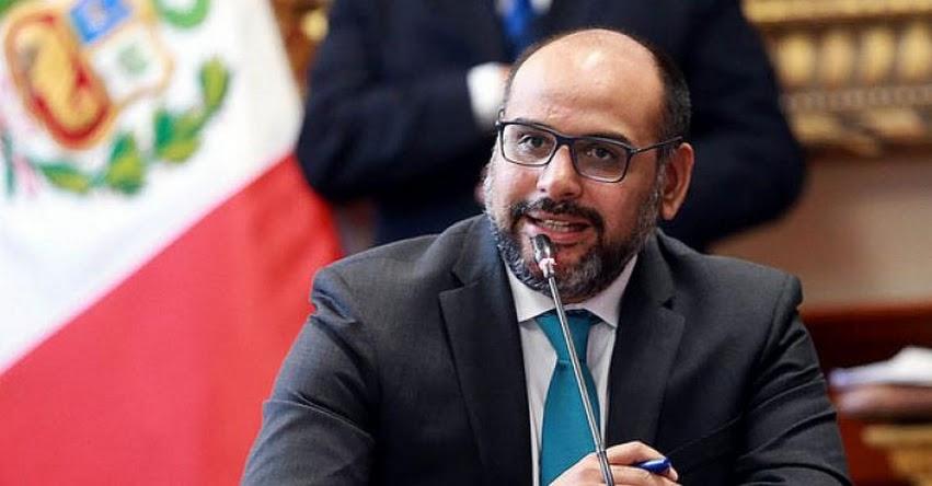 Presentan denuncia constitucional contra exministro de Educación Daniel Alfaro por polémicos textos escolares